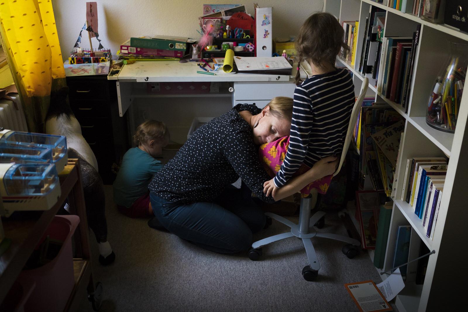 Mama kuschelt mit Tochter | Familienfotografin Julia Erz zeigt Familienreportage