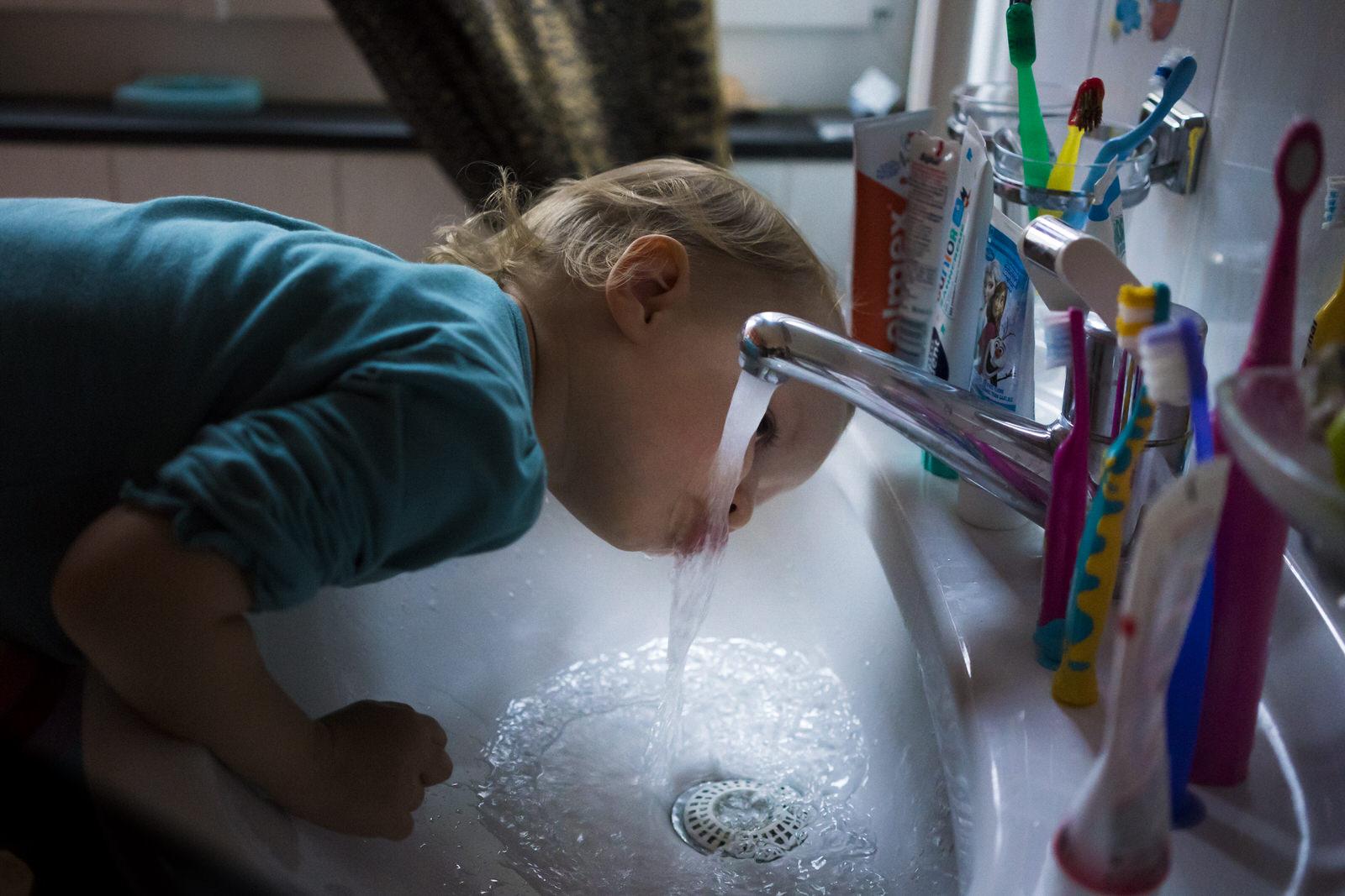 Kind am Wasserhahn | Familienfotografin Julia Erz zeigt Familienreportage