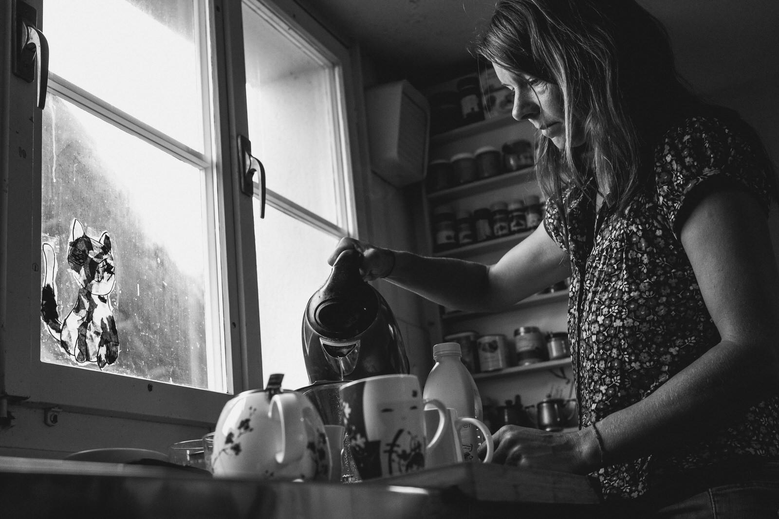 Mutter und Teekocher - Familienreportage draussen und drinnen | Familienfotografin unterwegs