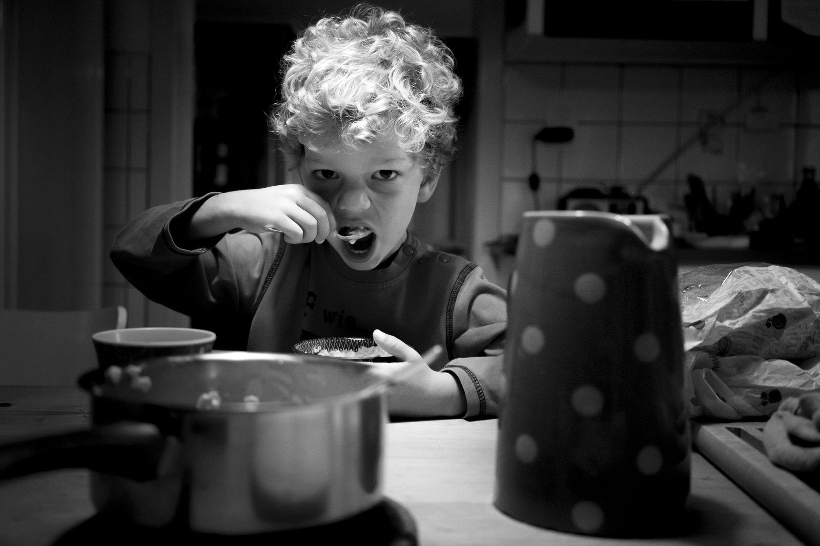 Junge beim Frühstück - Familienfotografin unterwegs | Familienfotos drinnen und draussen