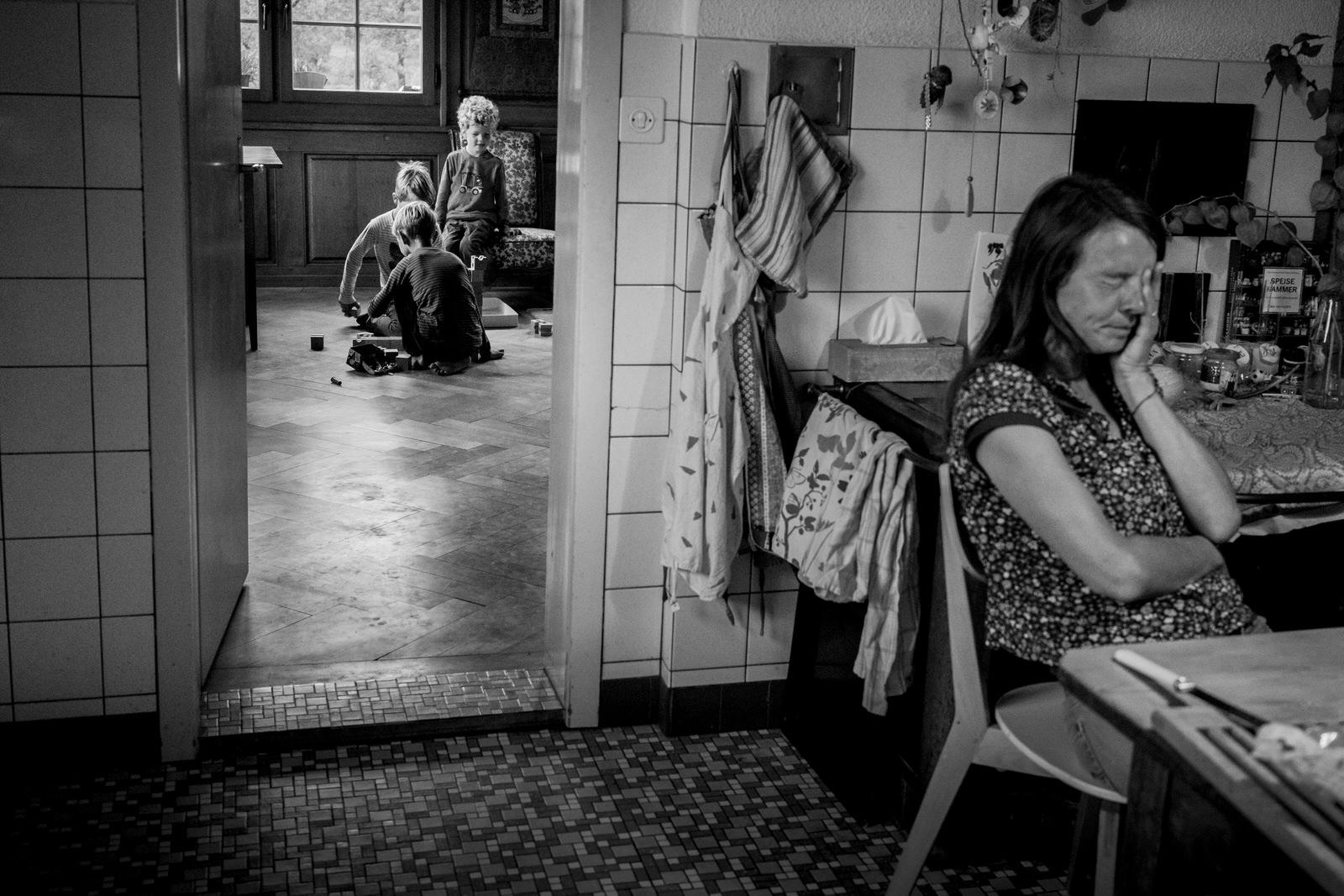 Müde Mama - Familienfotografin unterwegs | Familienfotos drinnen und draussen