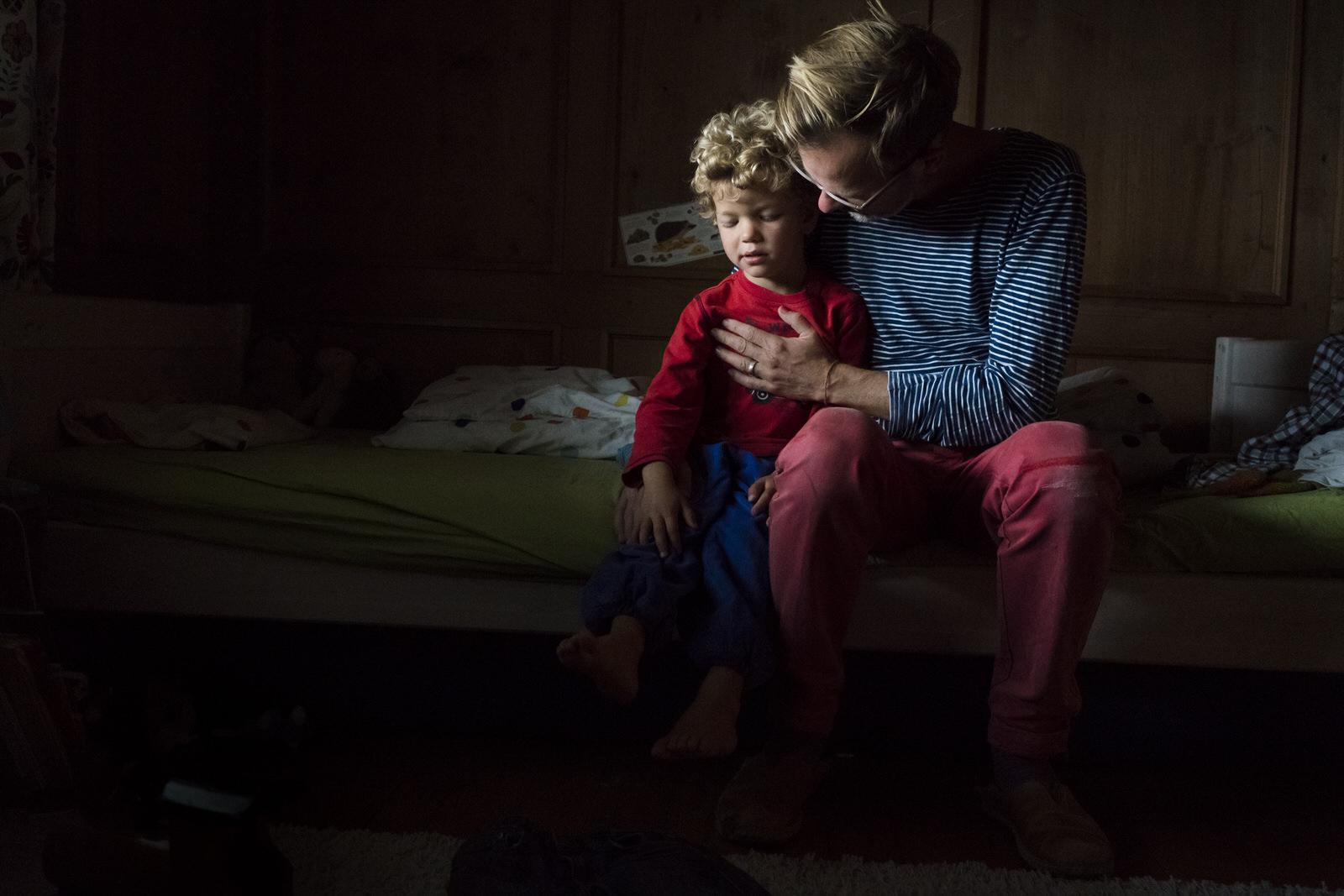 Vater und Sohn - Familienfotografin unterwegs | Familienfotos drinnen und draussen