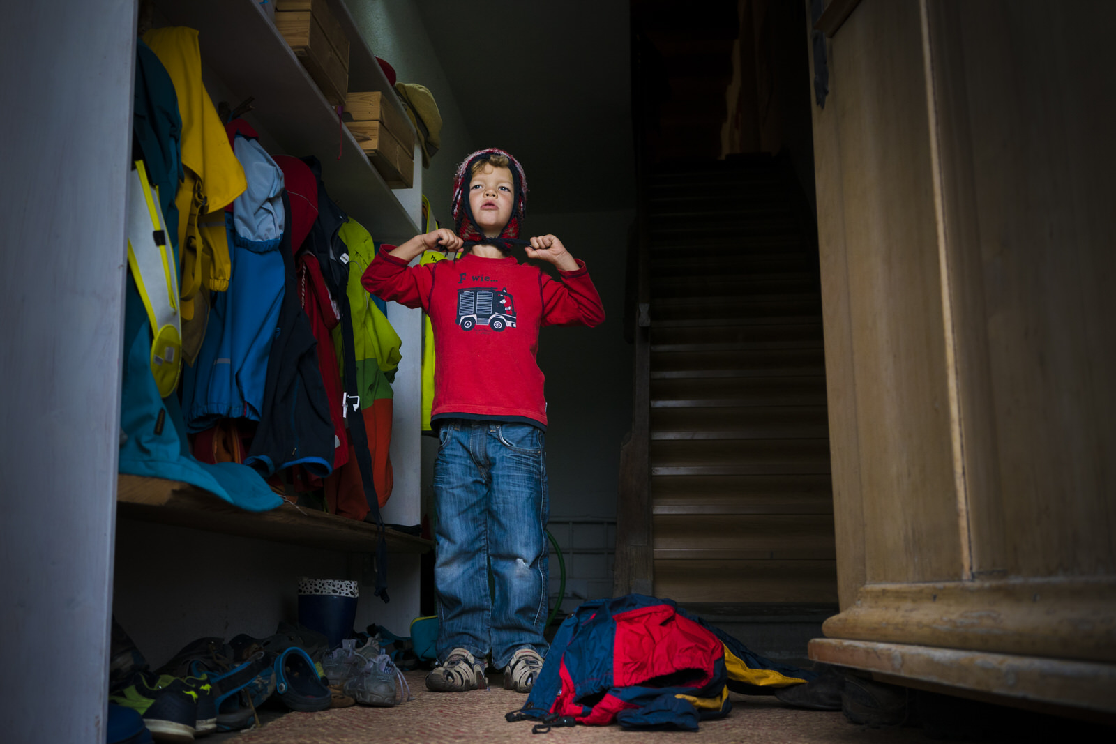 Junge zieht sich an - Familienfotografin unterwegs | Familienfotos drinnen und draussen
