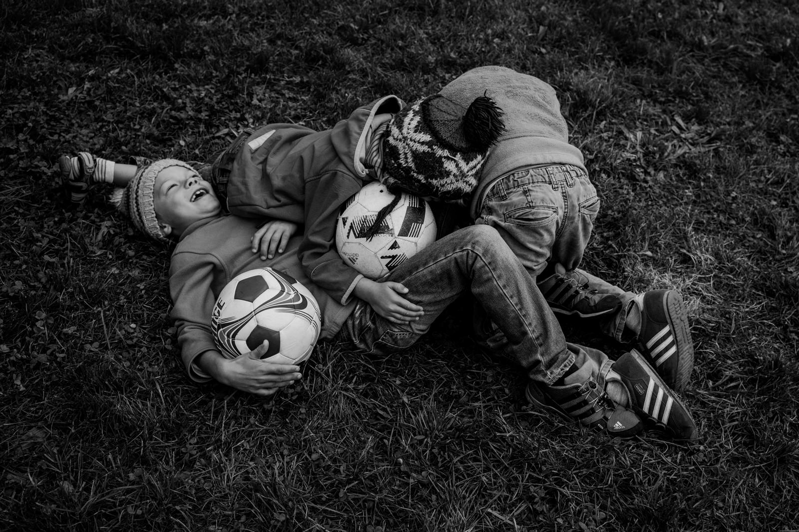 Jungen raufen - Familienfotografin unterwegs | Familienfotos drinnen und draussen