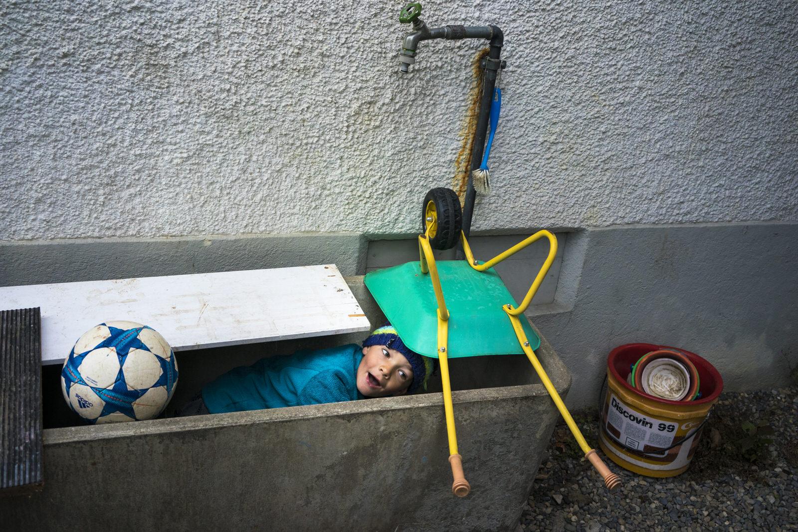 Kind im Brunnen - Familienfotografin unterwegs | Familienfotos draussen und drinnen