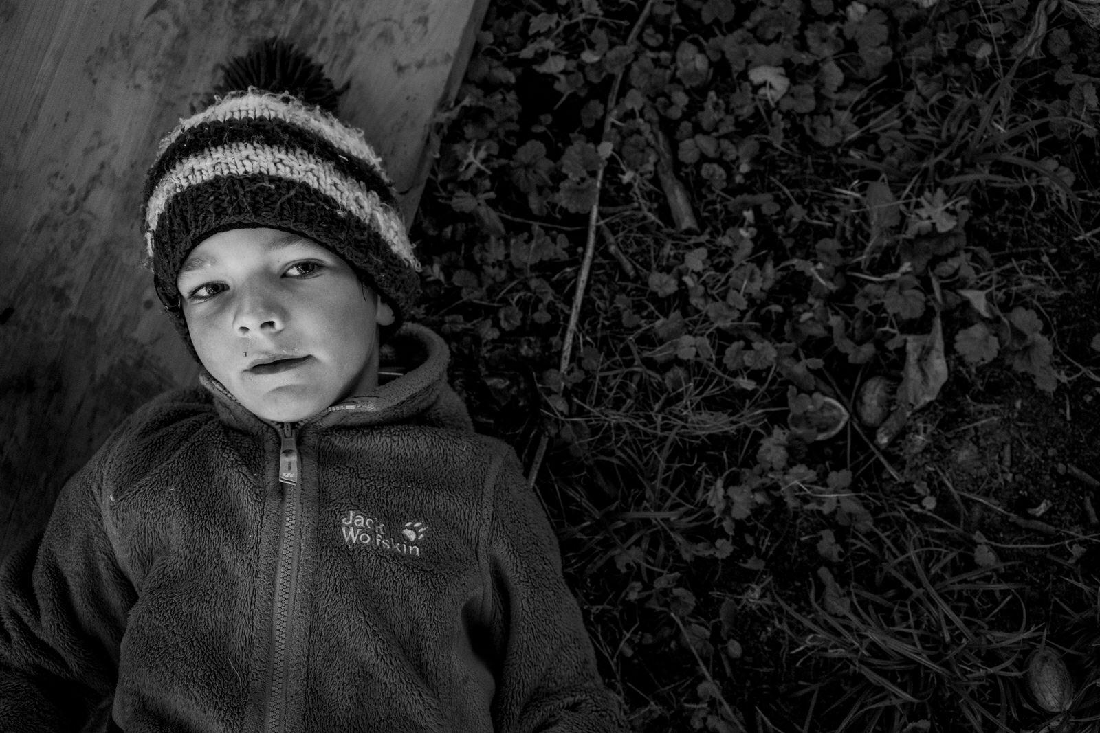 Porträt eines Jungen - Familienfotos drinnen und draussen | Familienfotografin unterwegs