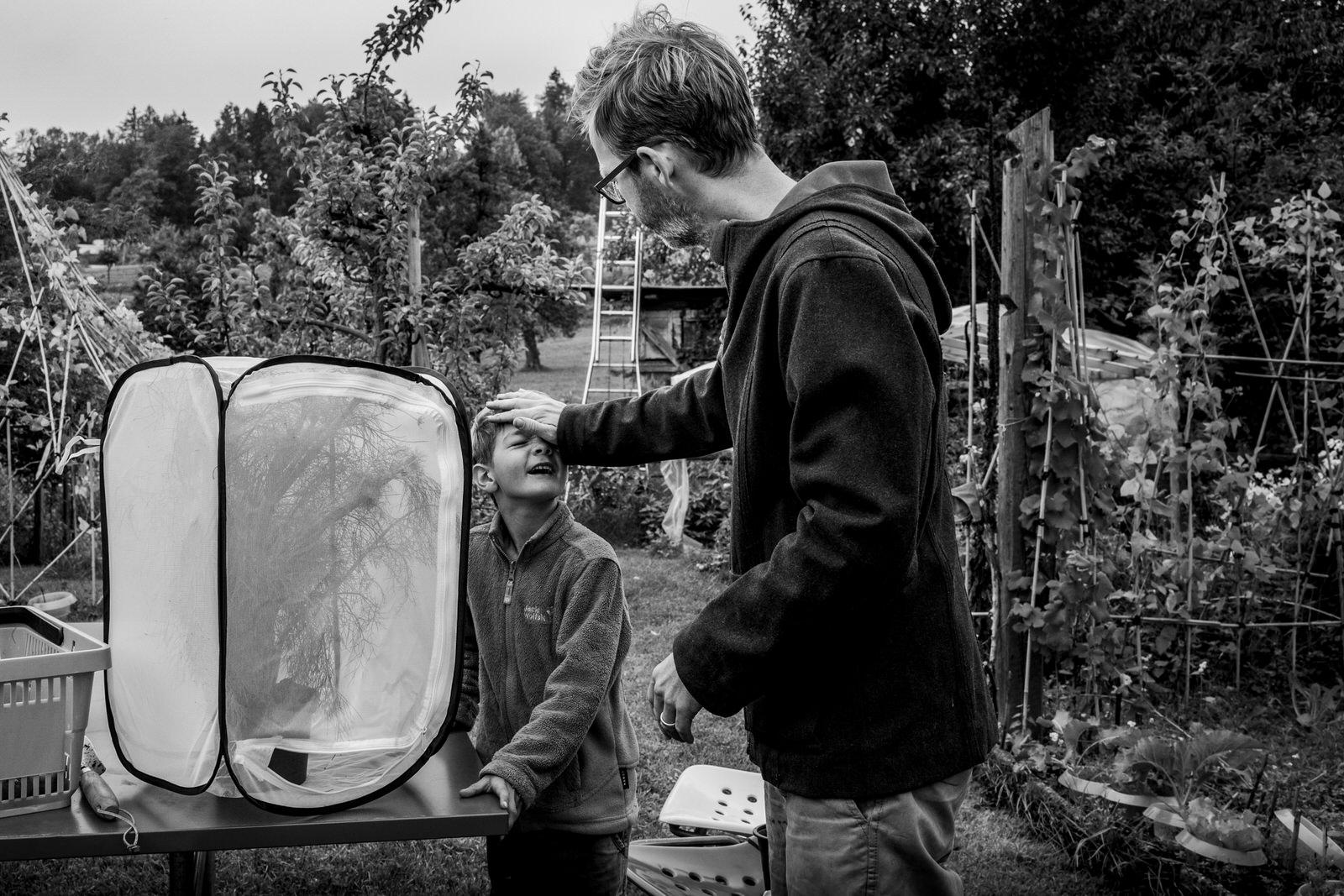 Sohn und Papa im Garten - Familienfotografin unterwegs | Familienfotos draussen und drinnen