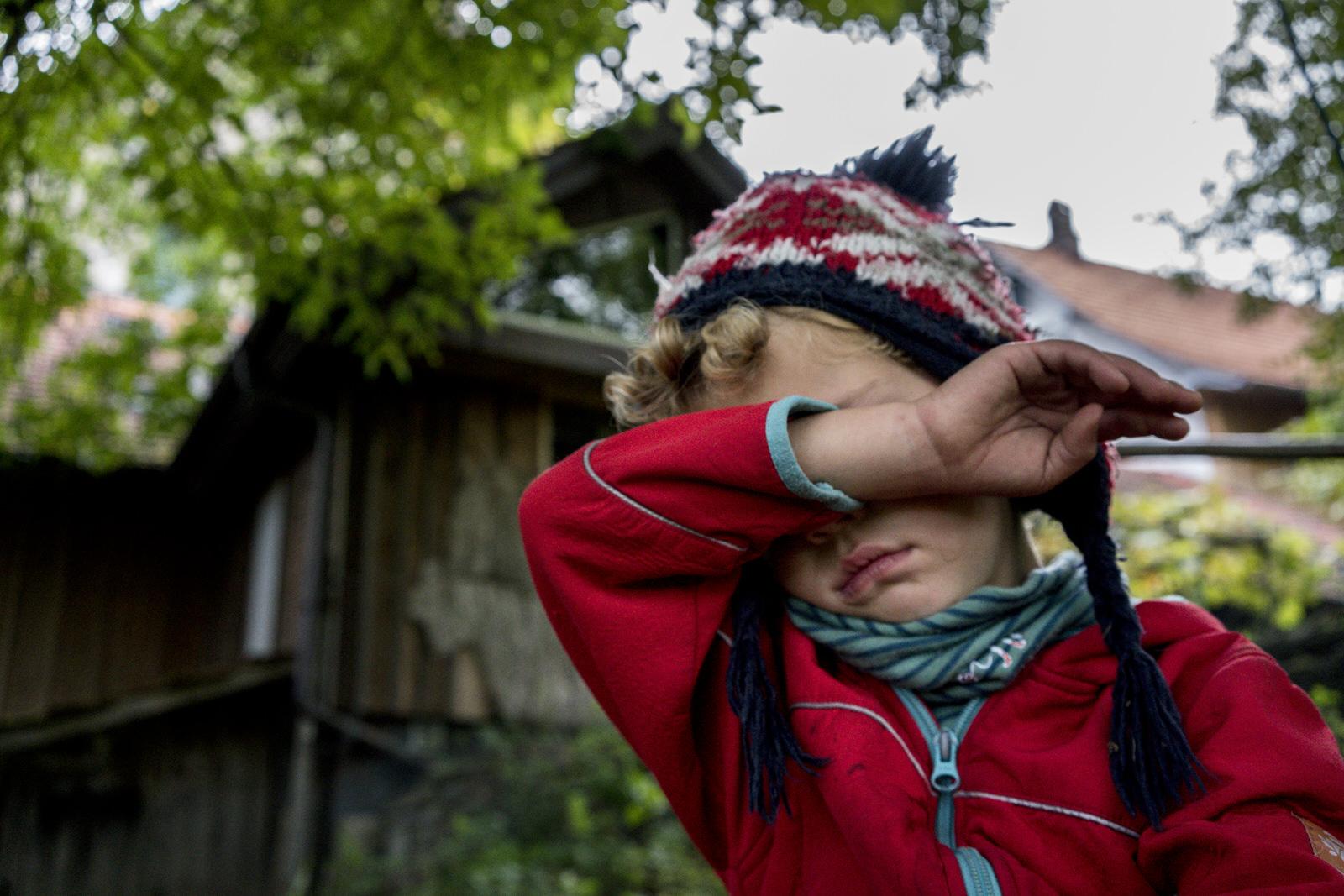 Junge traurig - Familienfotografin unterwegs | Familienfotos drinnen und draussen