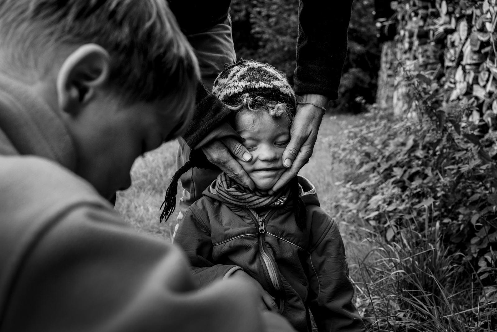 Junge zieht Grimasse - Familienfotografin unterwegs | Familienfotos drinnen und draussen