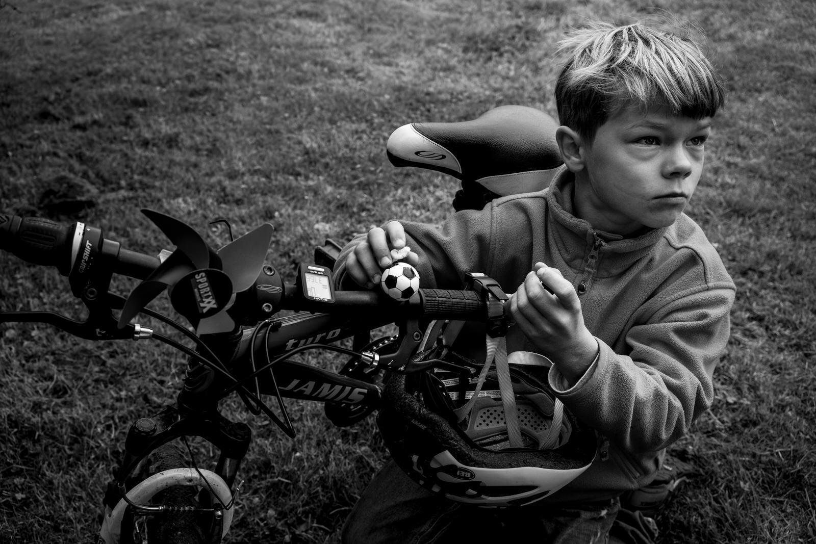 Junge mit Fahrrad | Familienfotografin unterwegs - Familienfotos drinnen und draussen