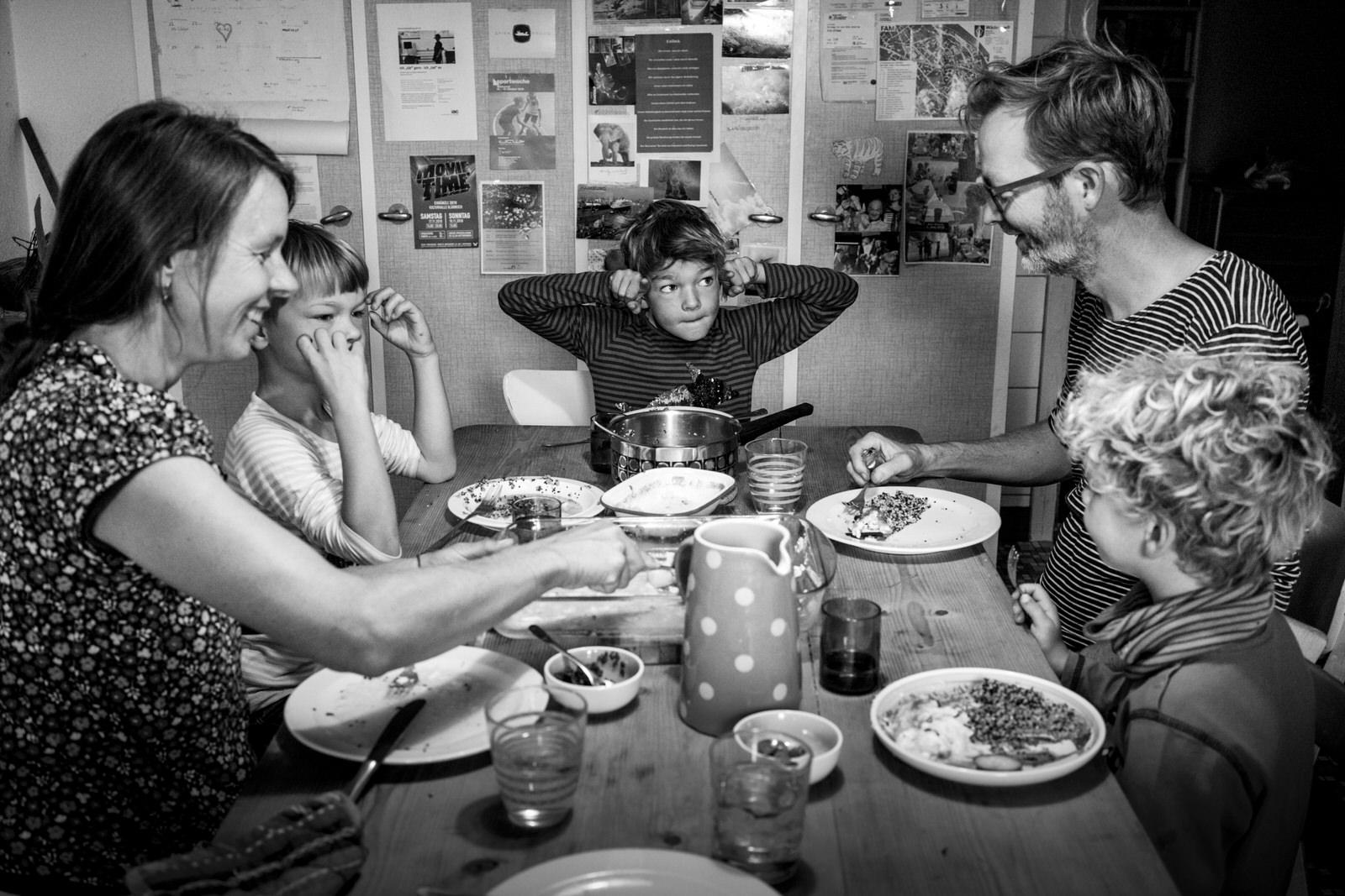 Familie beim Essen - Familienfotografin unterwegs | Familienfotos drinnen und draussen