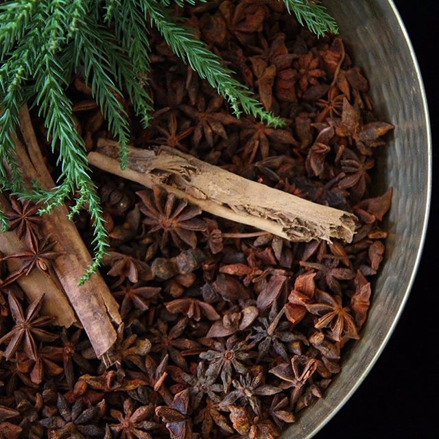 ... can you already catch the smell of Christmas Eve? #spices #greens #homedecor #instahome #instamood #anjaknothgardensandlandscapes #weihnachten #christmas #navidad #christmasmood @weihnachtszeit #christmastime