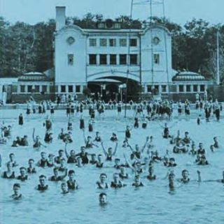 Bath house on Belle Isle. (photo: Detroit Historical Society) #belleislebeach #dipndivedetroit #public #outdoorswimmingindetroit