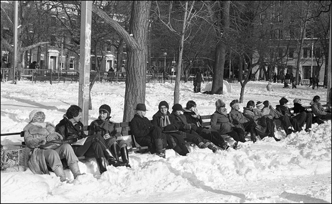 People-on-park-bench-in-snow.jpg