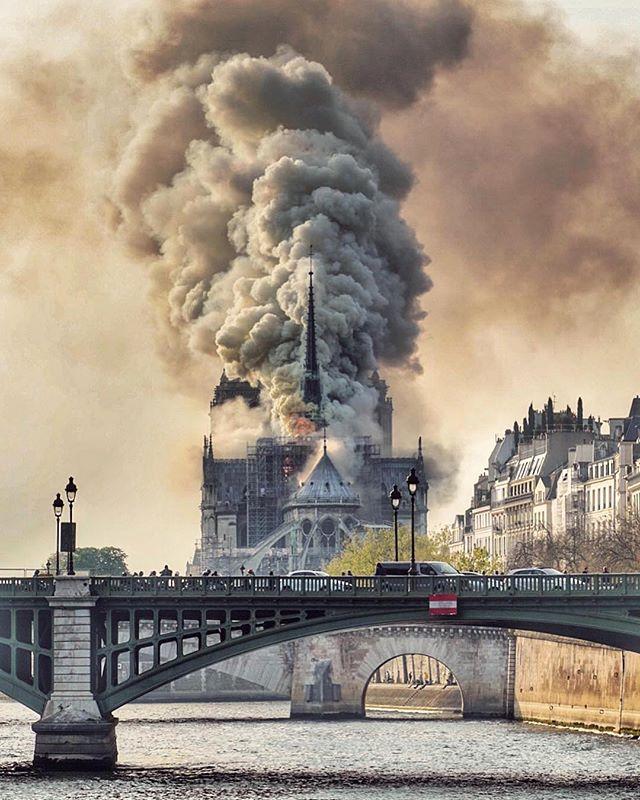 Huit siècles d'histoire détruits en un jour.  Je n'ai pas de mots.  Repose en paix, Notre Dame 🖤 #rip #notredame #paris #france
