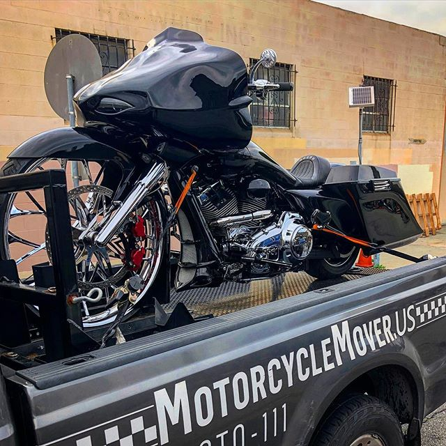 Heavy Metal. Very Heavy! Our Team @motorcyclemoveroc handling a Low Riding Big Wheel Bagger. Custom Transport call 844-MOTO-111 #california #lowrider #custom #bagger #motorcycle #chopper #heavymetal #rockandroll #black