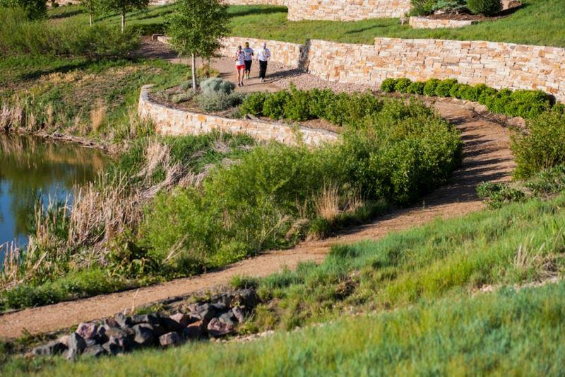 neighbors-walking-trails-in-anthem-highlands-in-broomfield-colorado.jpg