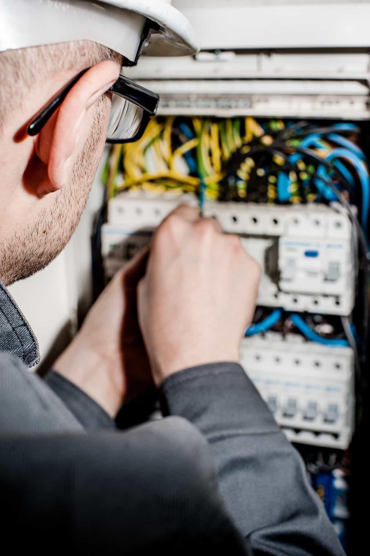 electrician-1080574_1920-min.jpg