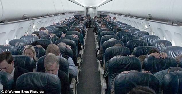 """Les passagers du vol Sully prennent la """"position de sécurité"""" - ils se mettent à l'abri sur place."""