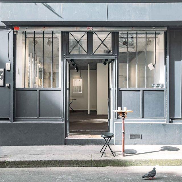 La vitrine DD sous le soleil exactement. Booking---  bonjour@avecdd.fr . . . . #galerieparis #showroomparis #parisiangallery #exhibition #artplace #atelierparis #vitrinedd #citedupetitthouars #ruedupetitthouars #carreaudutemple