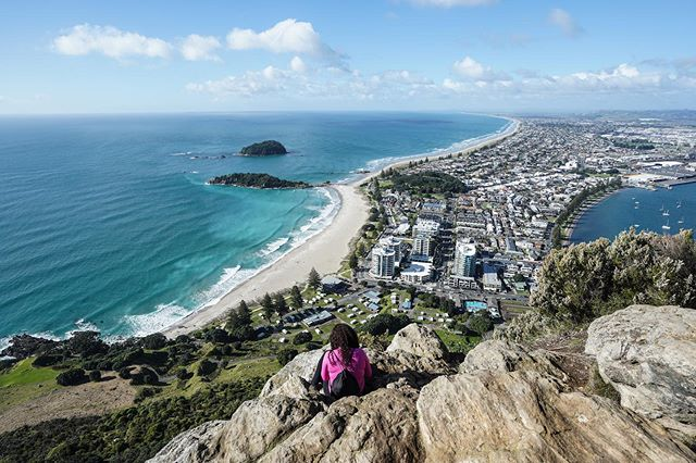A memorable morning hike! This has been the year of work travel — and also of countless weekend warrior trips from said work locations! ⠀⠀⠀⠀⠀⠀⠀⠀⠀ This is the stunning view from atop Mount Maunganui. The dormant volcano extends on a peninsula from the city of Tauranga on the east coast of New Zealand's North Island. ⠀⠀⠀⠀⠀⠀⠀⠀⠀ Open Pacific on the left, Tauranga's port to the right. Not pictured: post-hike beers and new friend @monsieurperera making sure no kids fall off the cliff 🙌🏽/🤦🏻‍♀️