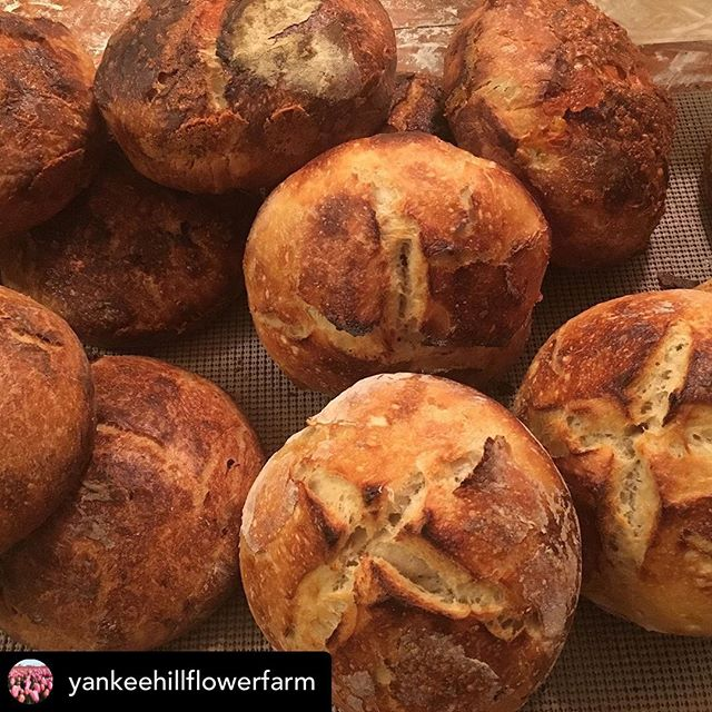 @yankeehillflowerfarm & I will be at the @peacefulvalleyfarmersmarket tonight with her lovely loaves & some other goodies for you! See us there from 4-8 pm!