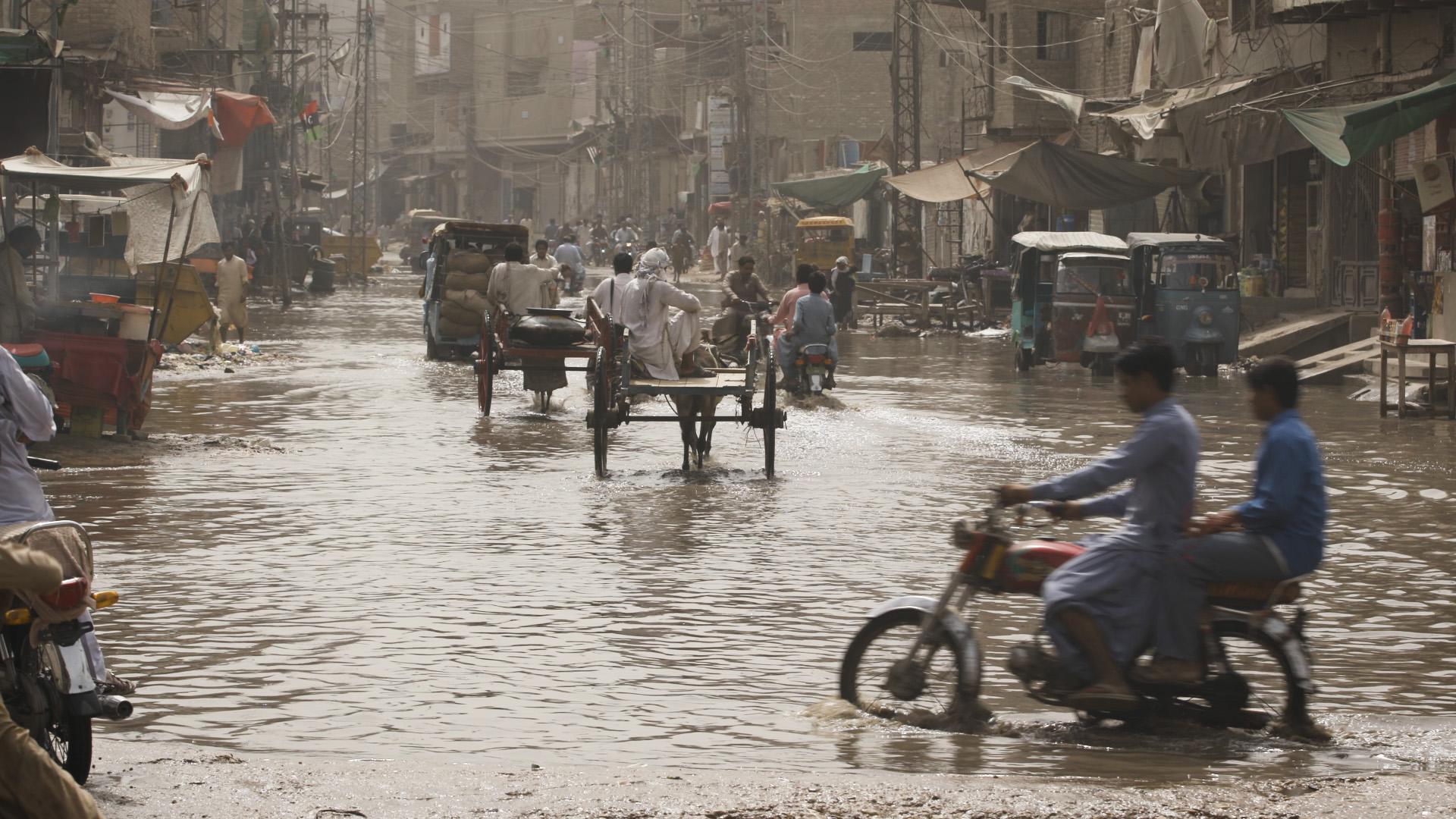 Episode4_LarkanaPakistan_LocalsDriveThroughTheFloodedStreets.jpg