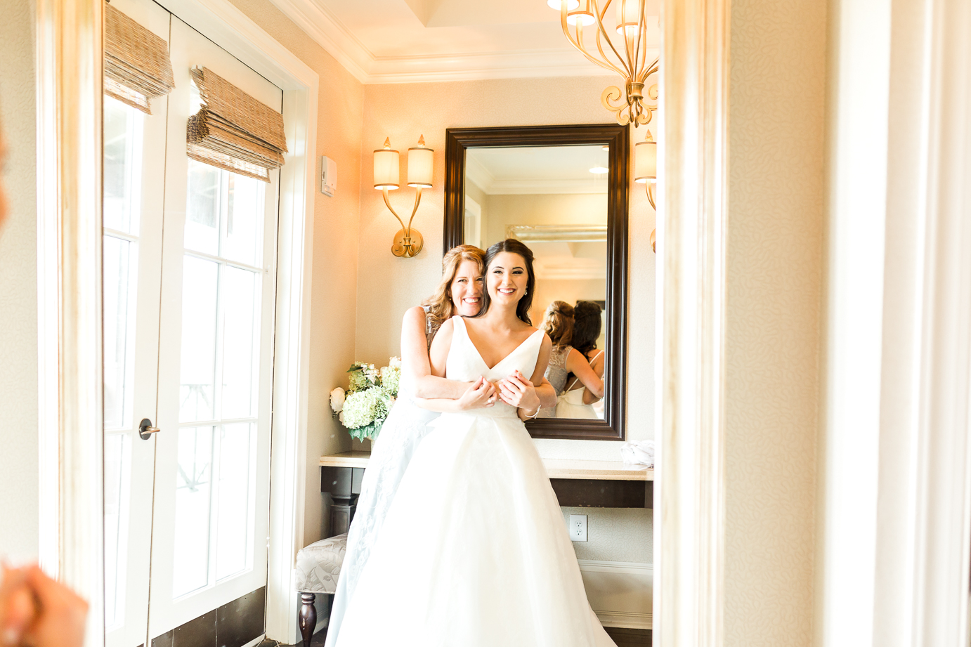 bride and her mom picture ideas