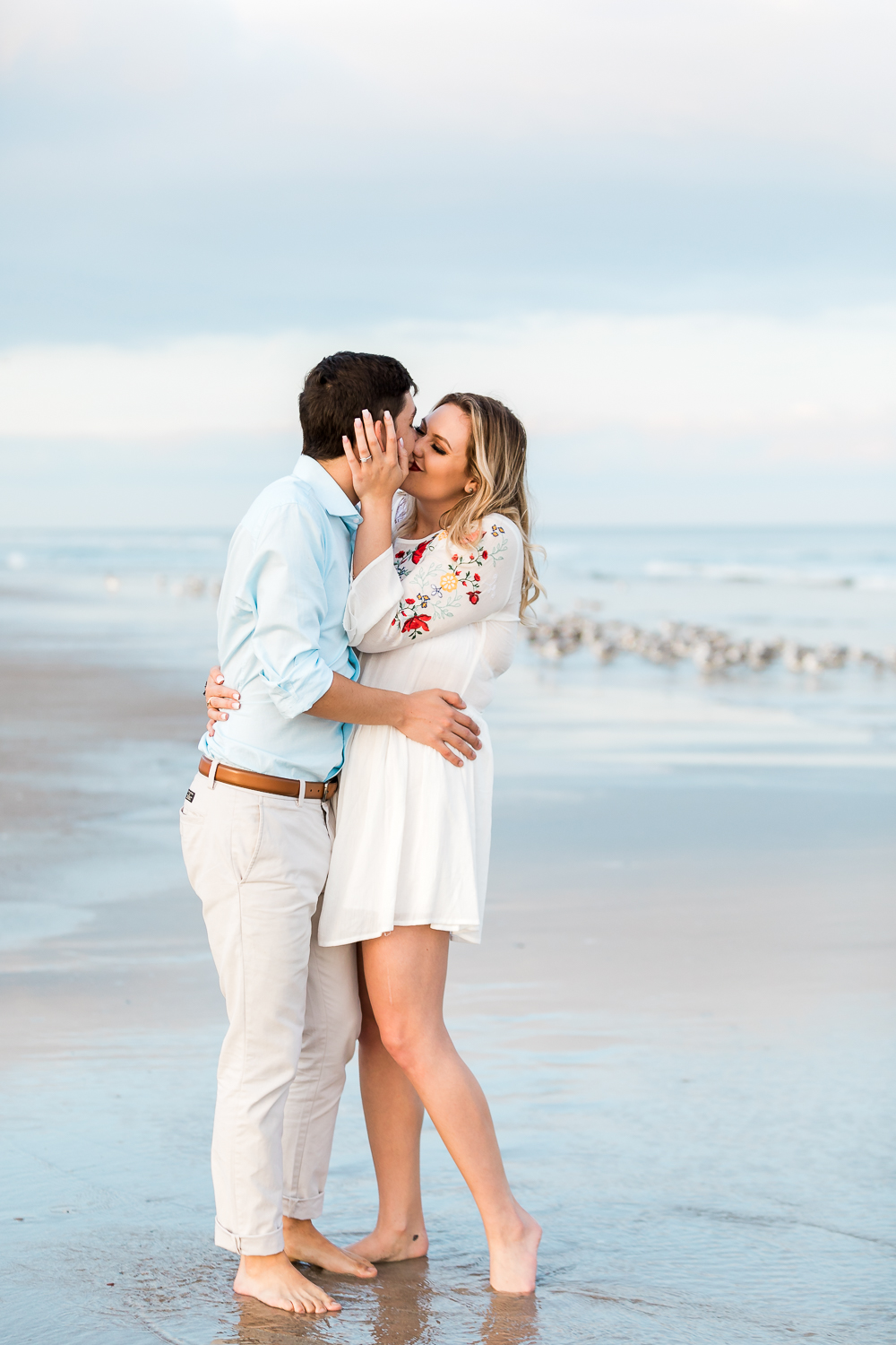 couple kissing at the ebach in amelia island