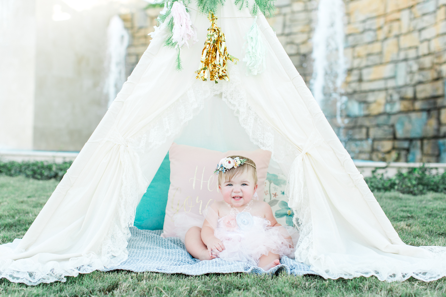 toddler picture ideas with tutu dress, teepee tent. Outfit ideas for first birthday