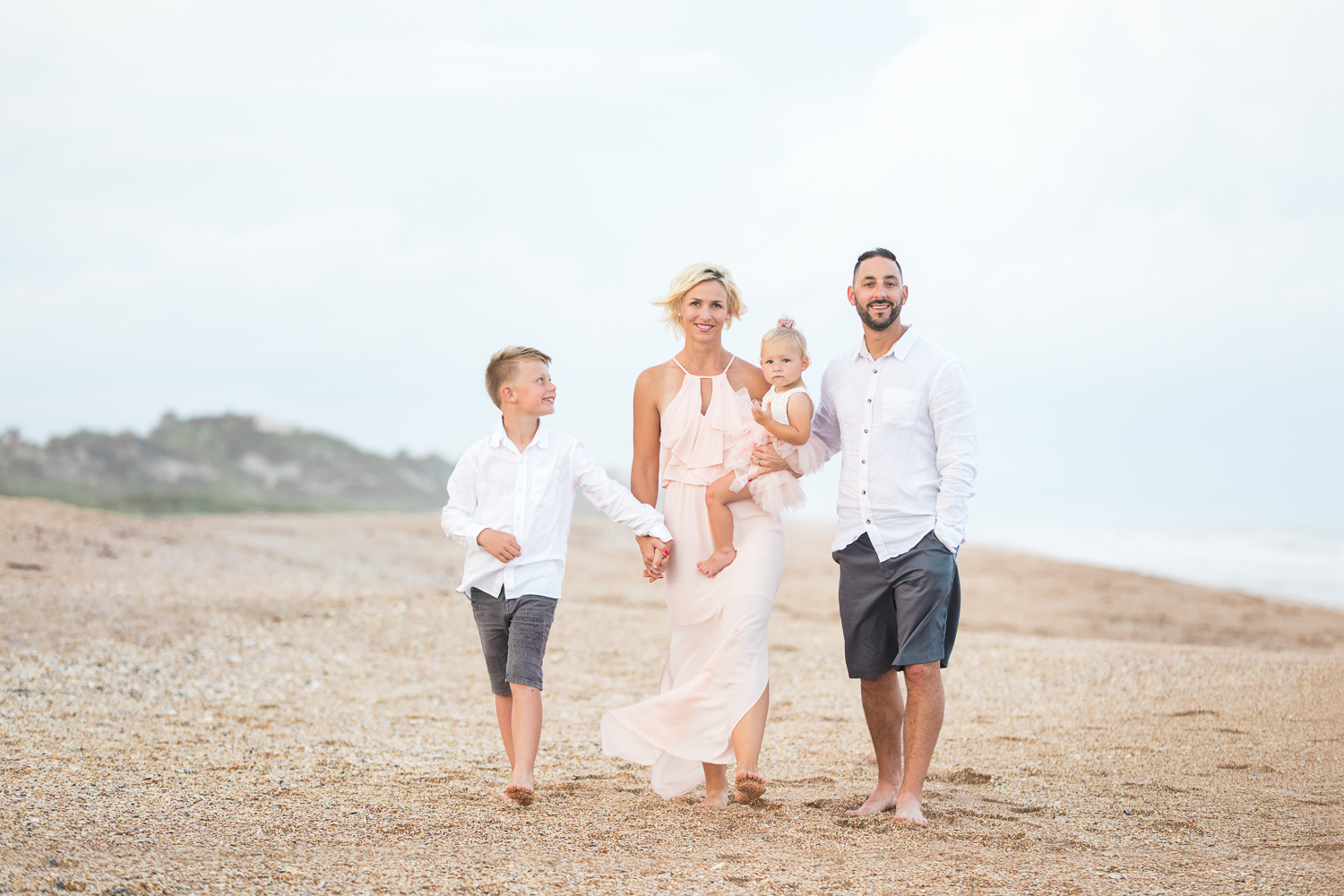 outfit and posing ideas for families at the beach