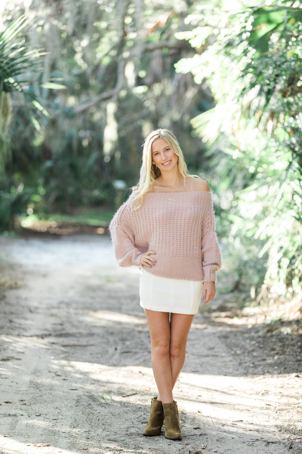 High school senior session in Hanna park. Posing and outfit ideas for seniors.