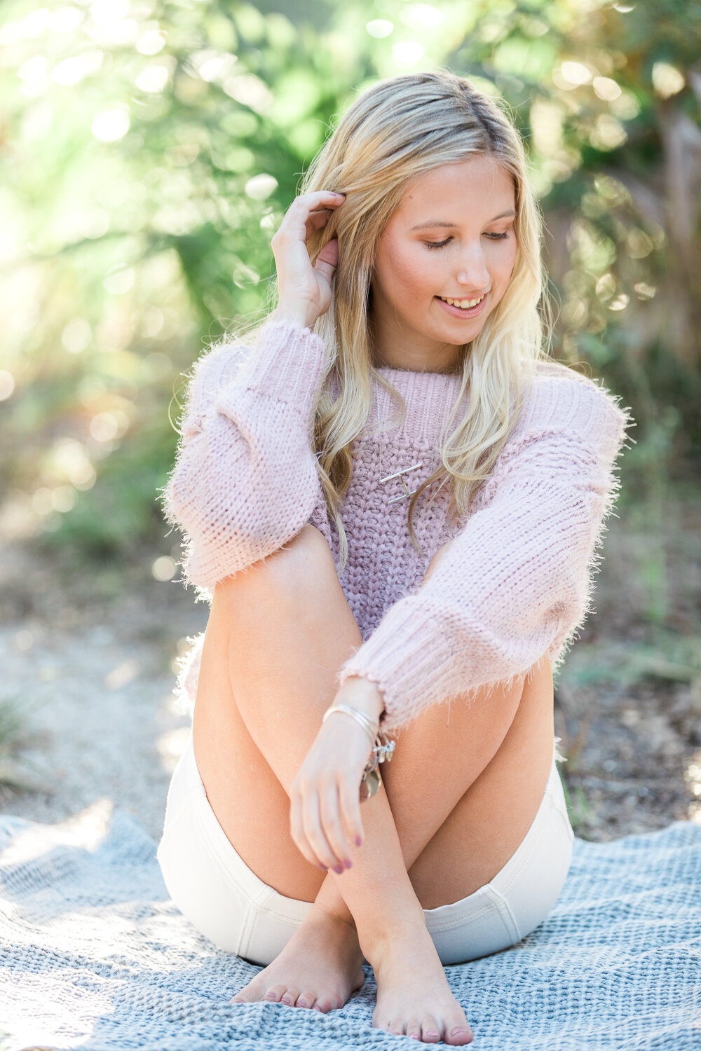 cute posing and outfit  ideas for high school seniors