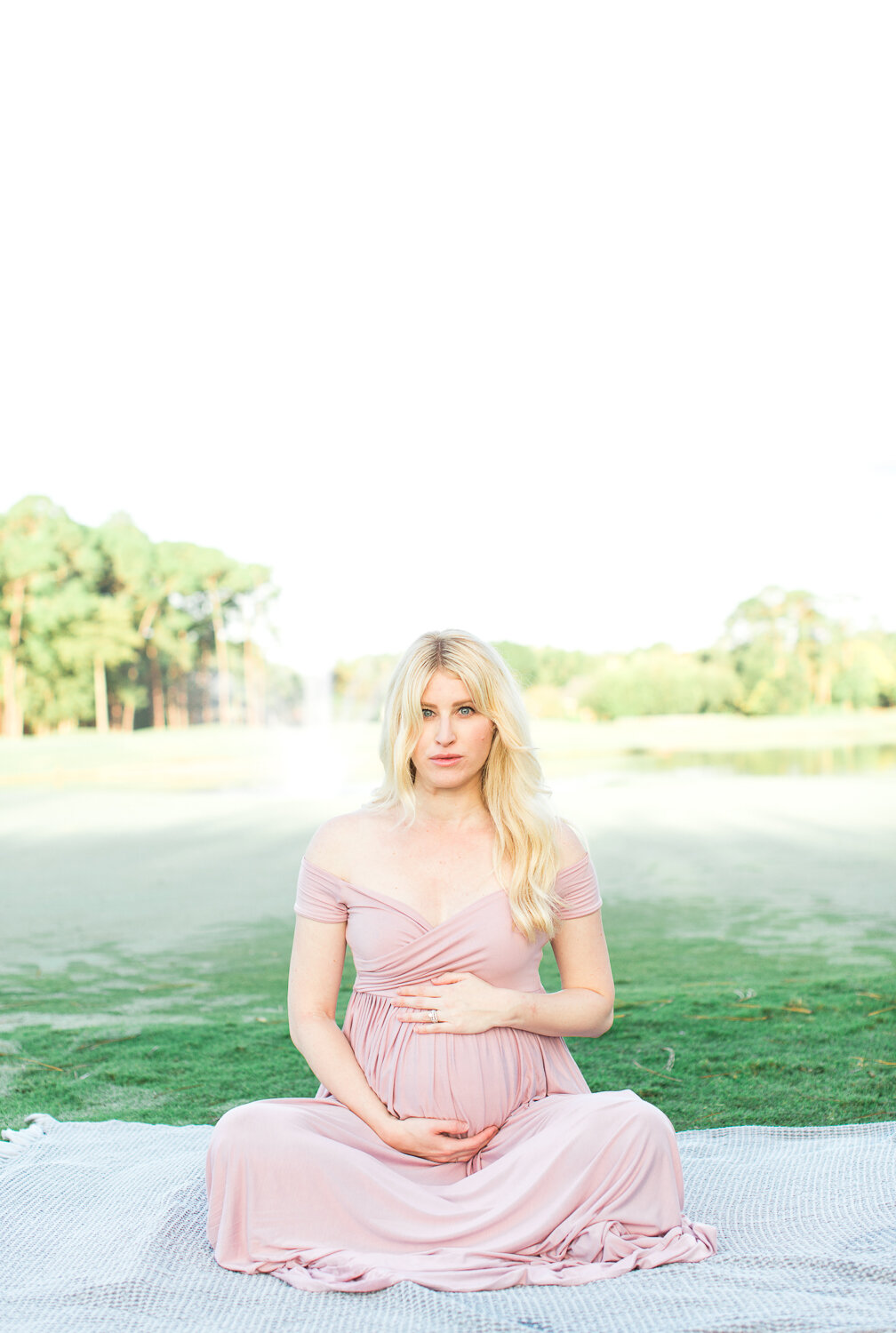 posing and outfit ideas for a maternity session in jacksonville golf and country club