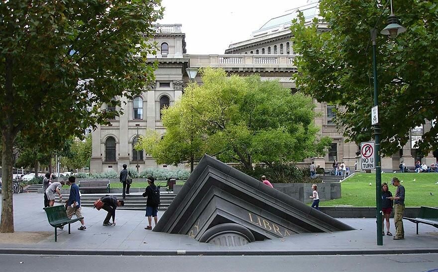 Edificio hundiéndose afuera de la librería estatal, Melbourne, Australia
