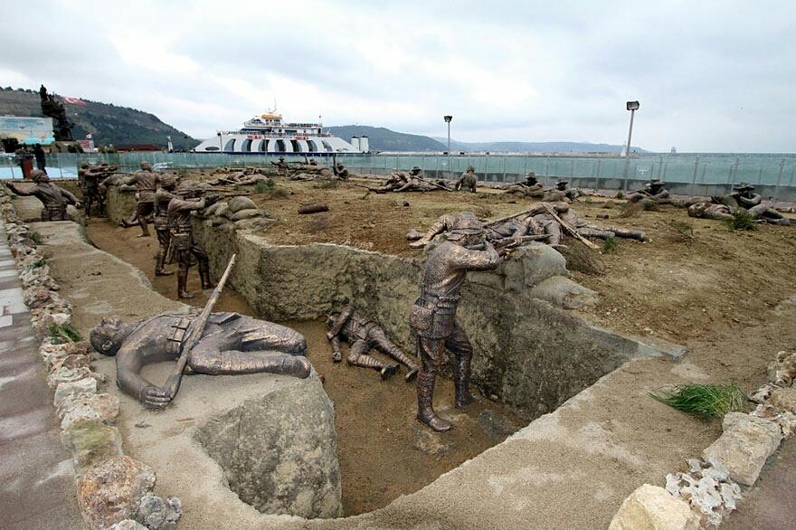 Estatuas de tamaño natural representan escena de la Guerra Mundial, Eceabat, Turquía