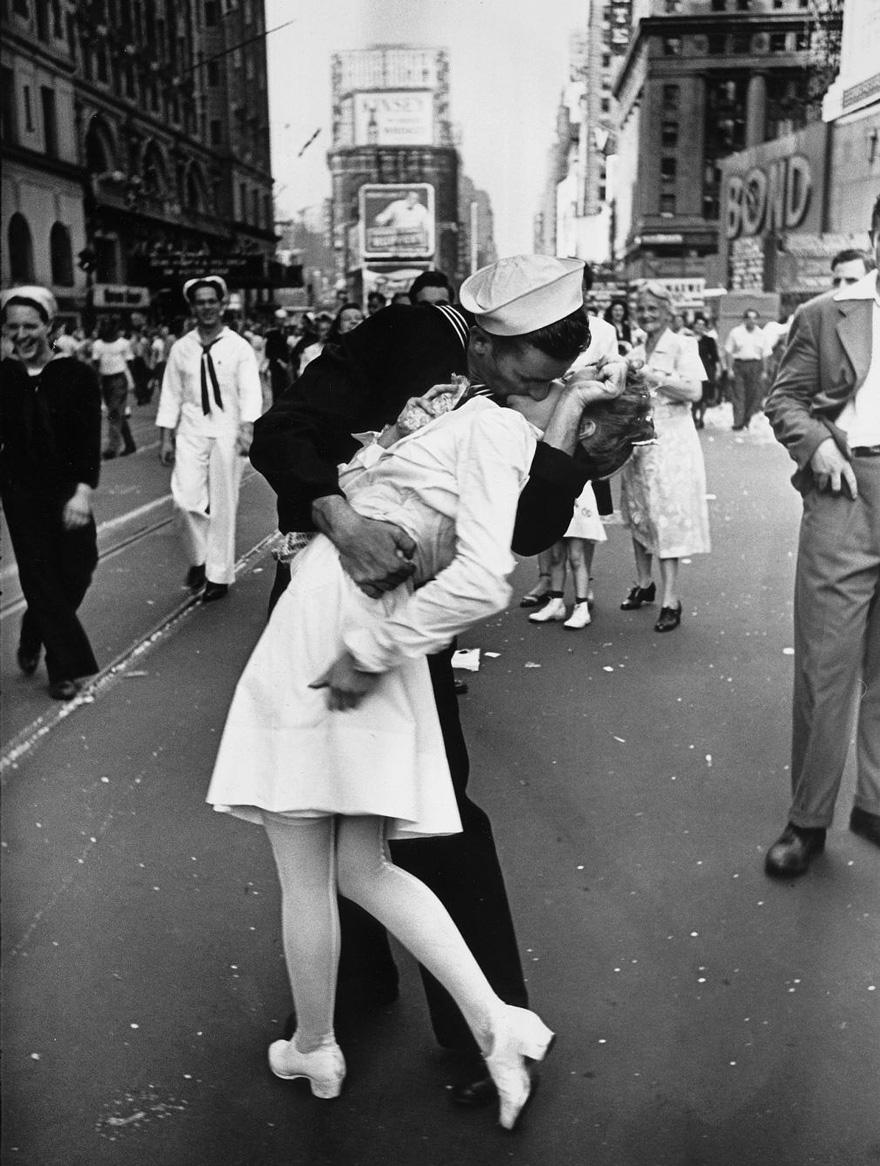 1945 - Esta es la más famosa. Un marinero dándole un beso a una enfermera en Times Square, NY. Esta foto iconica simboliza el fin de una terrible guerra.