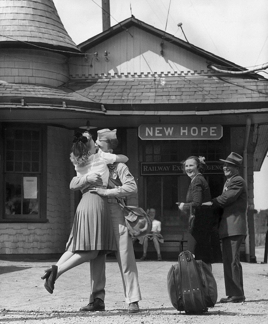 1945 - Con demasiada emoción, un soldado americano carga y le da un beso a una joven en una estación de tren en Connecticut.
