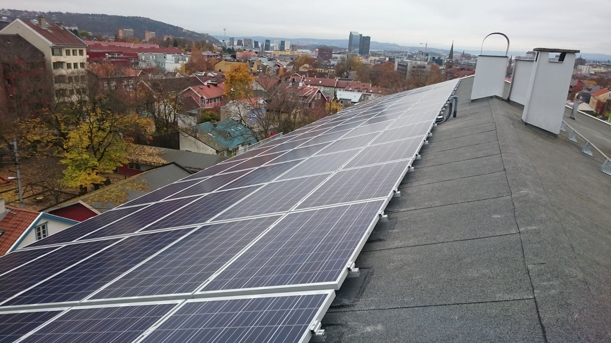 Langgata 47, første borettslag i Norge med solceller, høst 2015.jpg