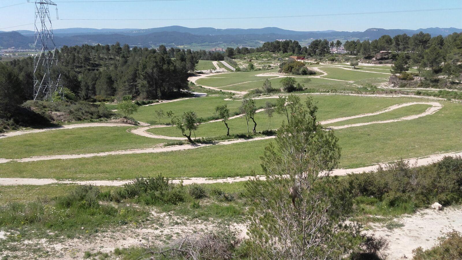 Vista desde el edificio de Ódena Village hacia sus campos y bosques
