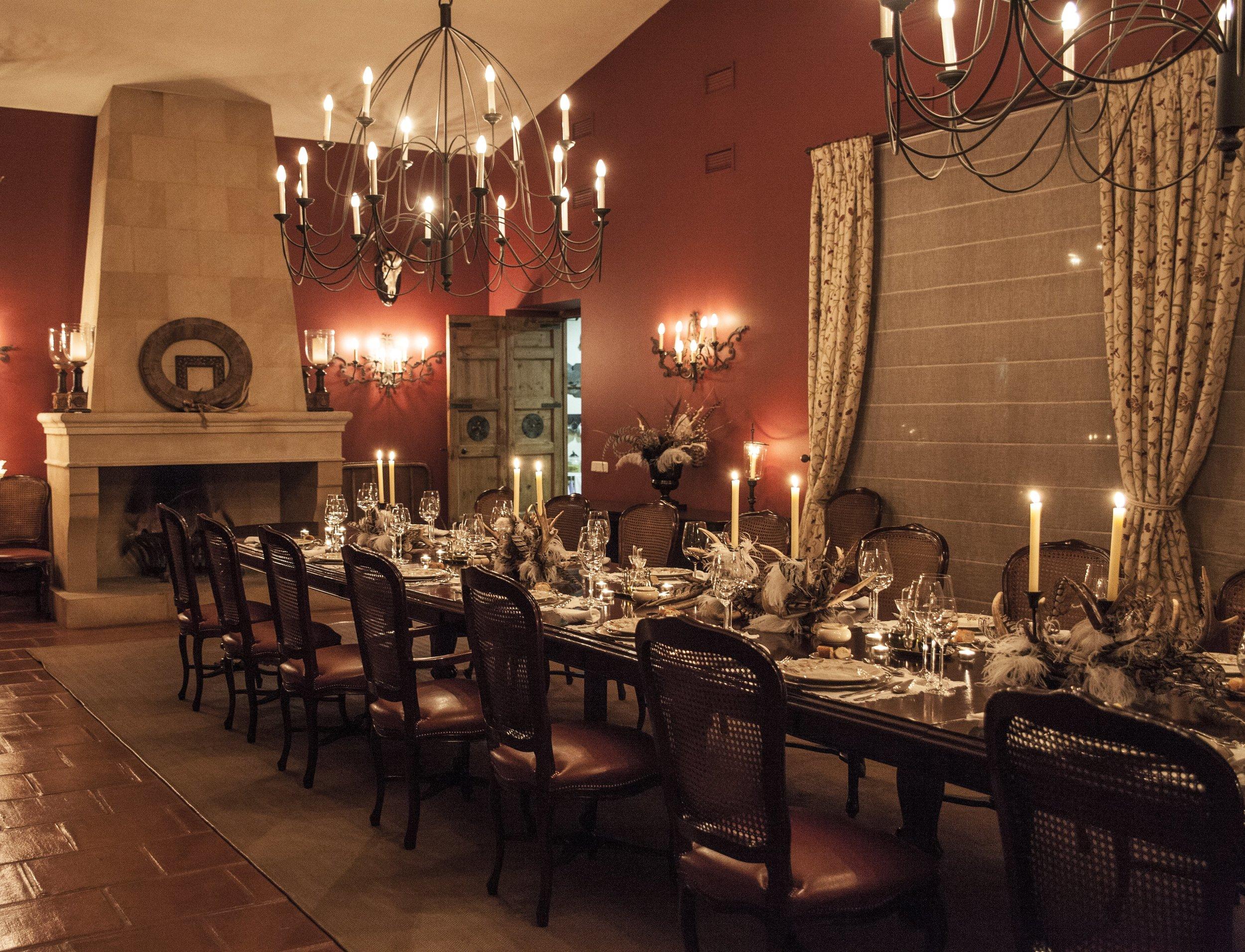 Celebración nocturna en mesa imperial. Nava del Barranco