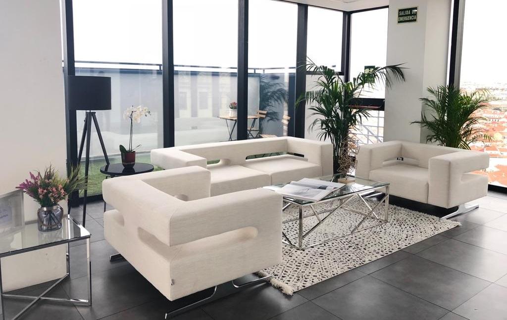 Zona de sofás junta la terraza