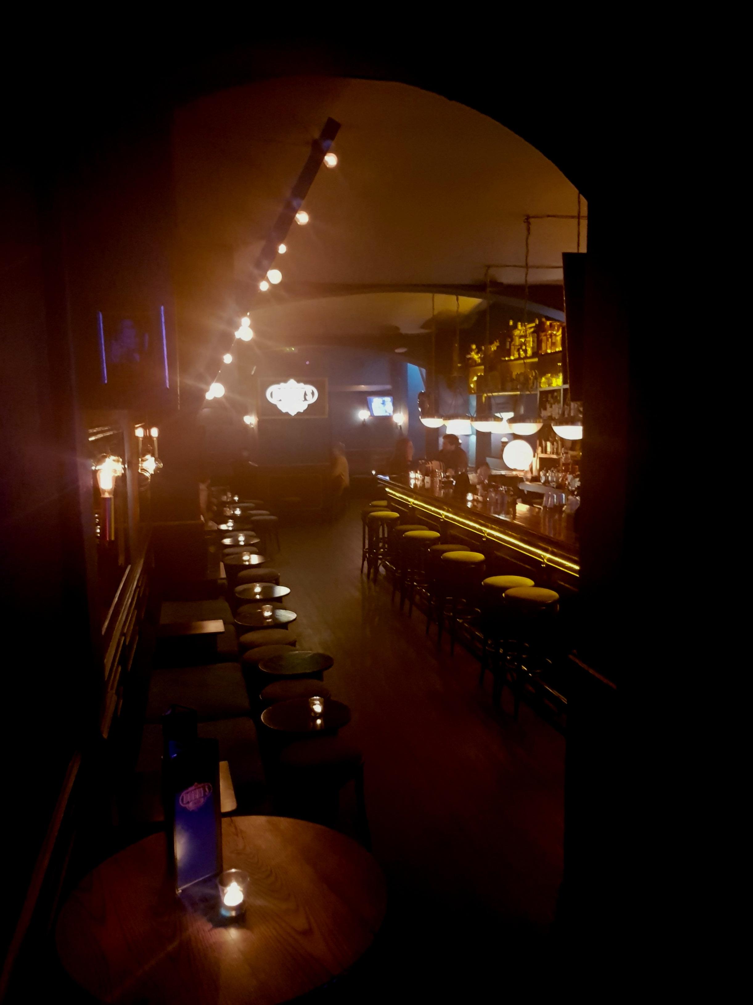 Sala principal. La luz tenue del local nos dificulta sacar buenas fotos, pero aporta la realidad del lugar.