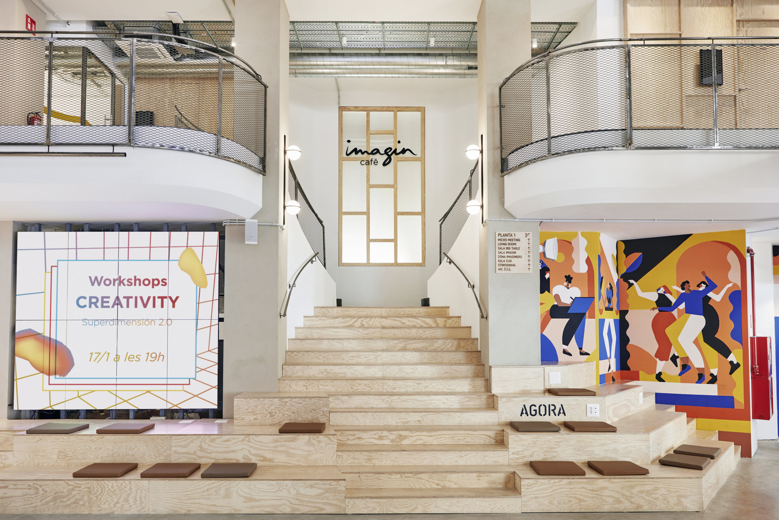 Espacio Ágora, vista de escaleras, asientos y videowall.