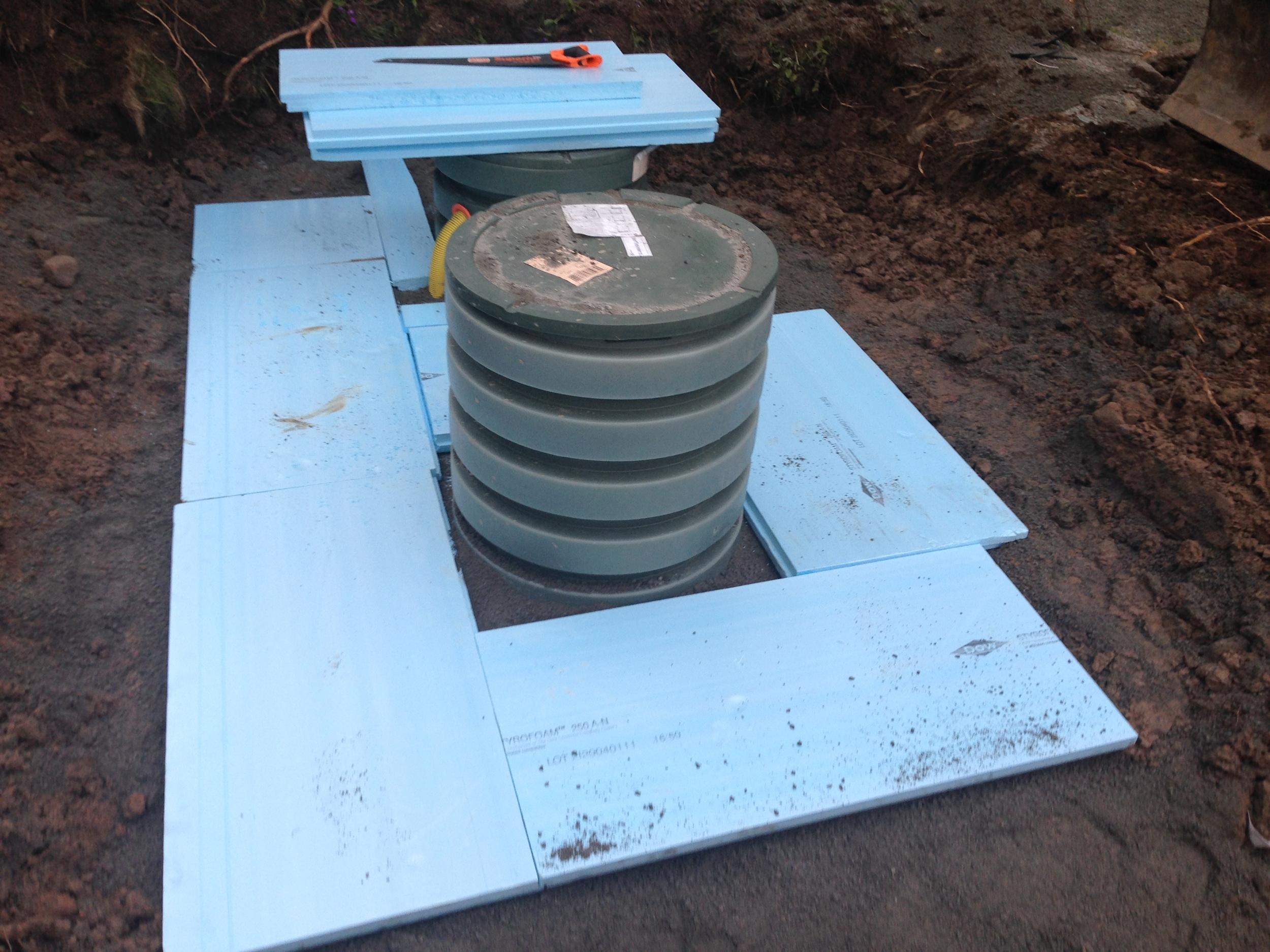 Isolering runt tank/brunn mot kyla och sedan överfyllnad 40cm med befintliga massor.