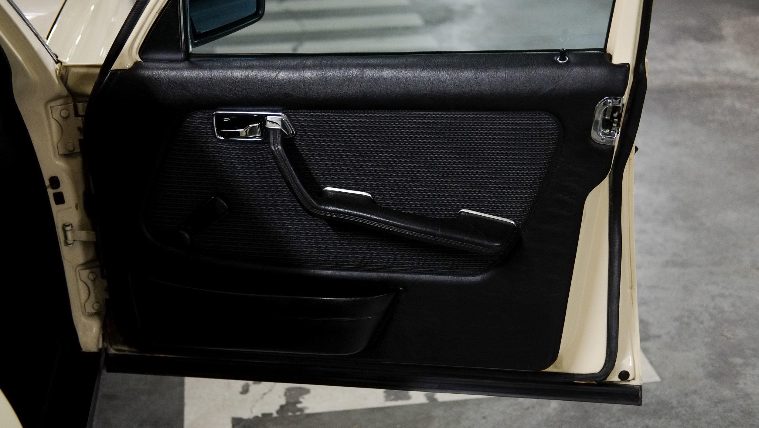 coolnvintage Mercedes-Benz W123 300D (28 of 59).jpg