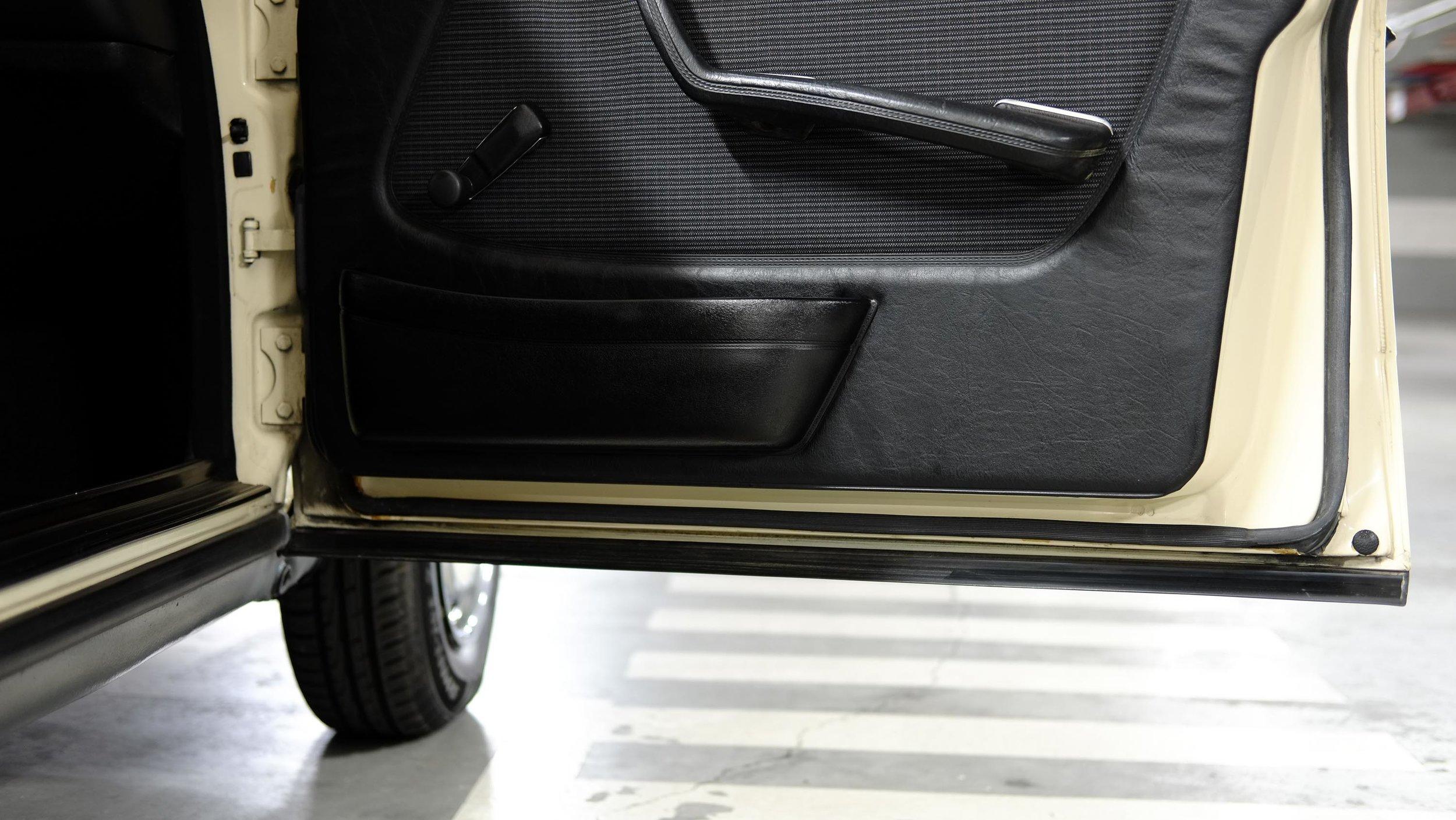 coolnvintage Mercedes-Benz W123 300D (29 of 59).jpg