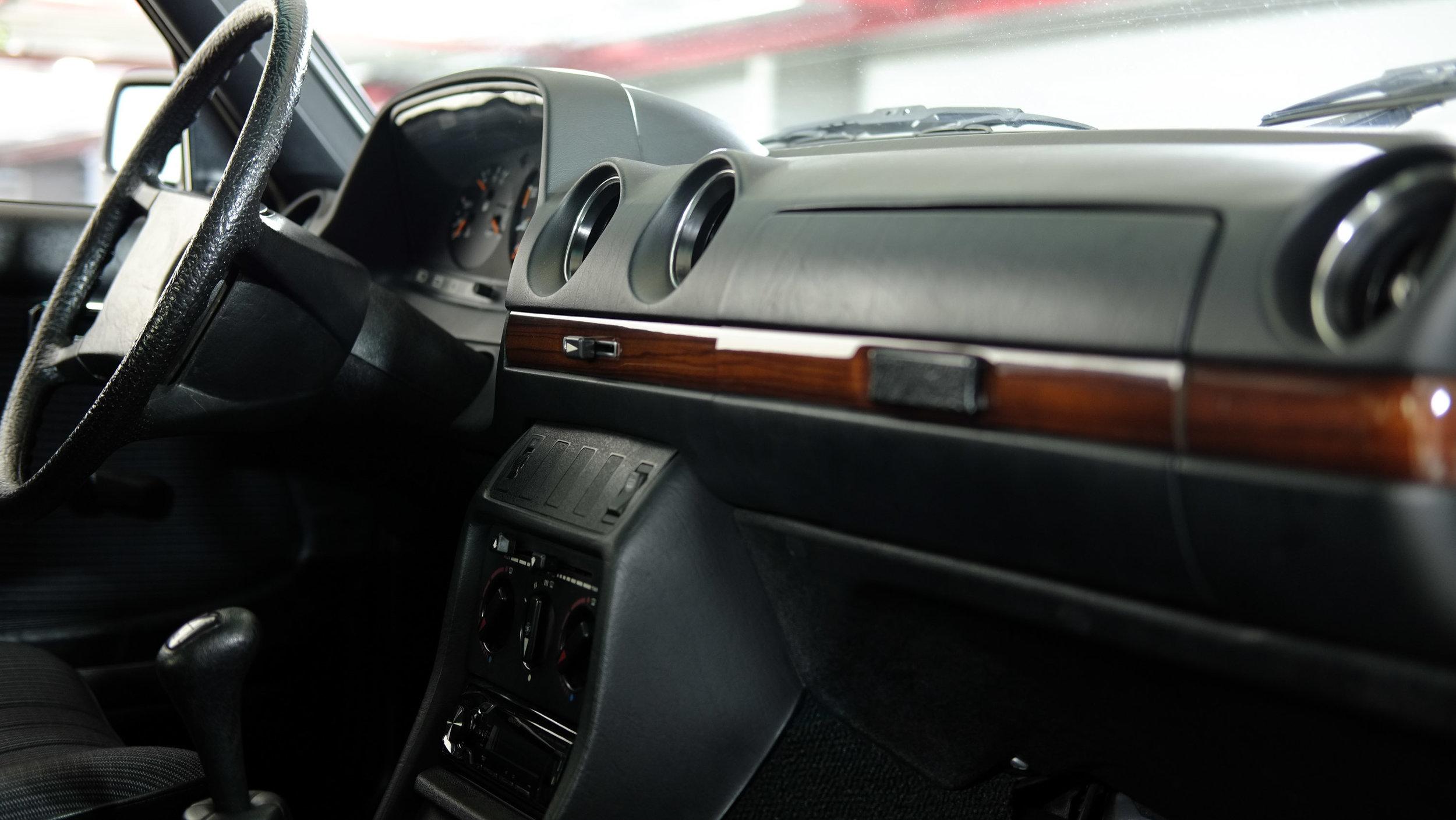coolnvintage Mercedes-Benz W123 300D (30 of 59).jpg