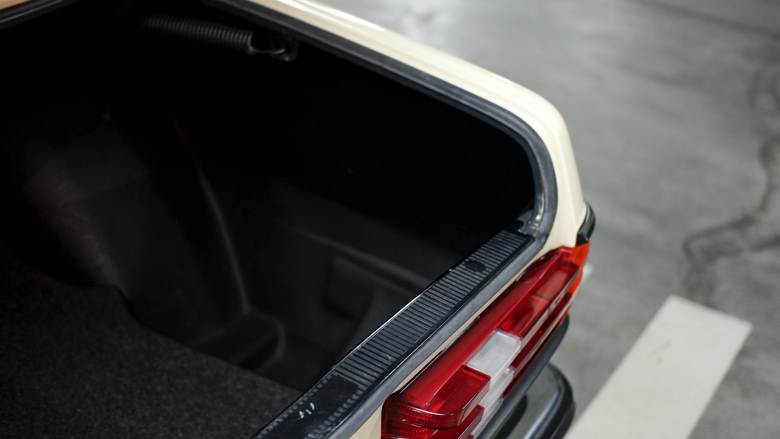 coolnvintage Mercedes-Benz W123 300D (9 of 59).jpg