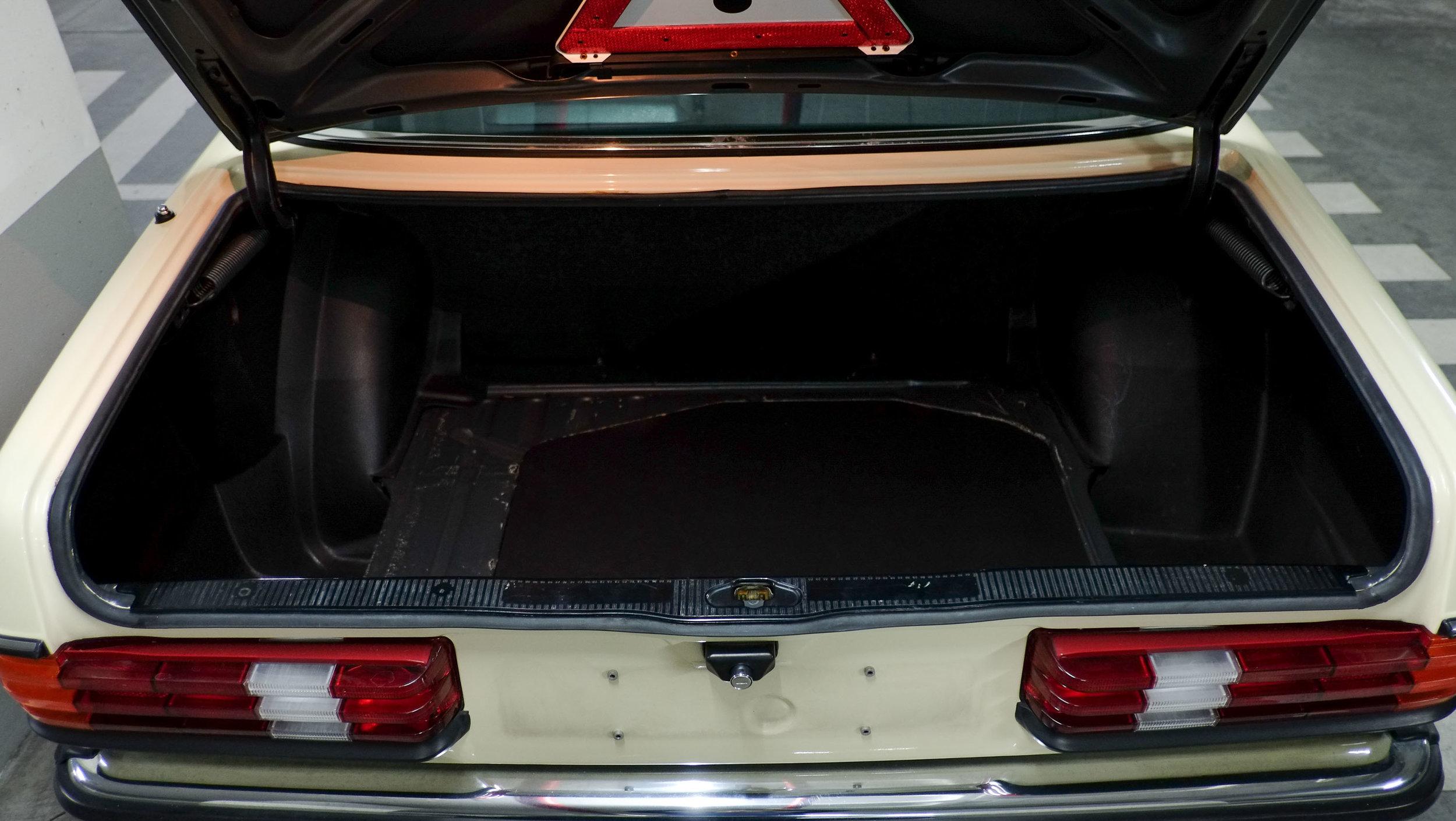 coolnvintage Mercedes-Benz W123 300D (10 of 59).jpg